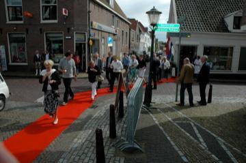 De rode loper die door Muiden liep tijdens de feestelijke opening van de wijnoutlet
