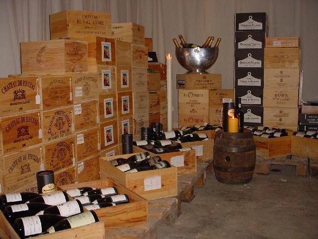 kisten met wijn in de wijnkelder