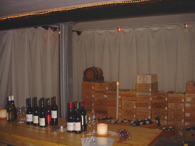 wijnkisten en de proeftafel in de kelder