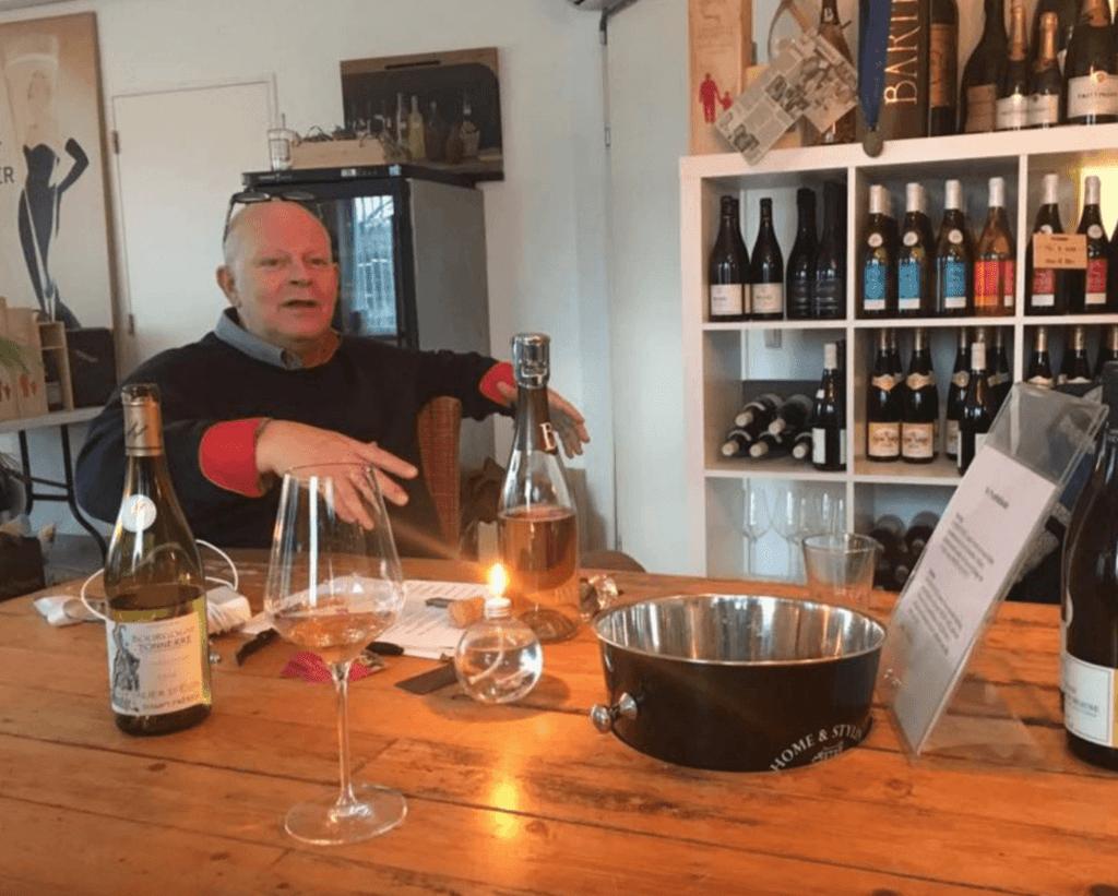 Arend Jan de Wijnman aan de proeftafel in Eemnes