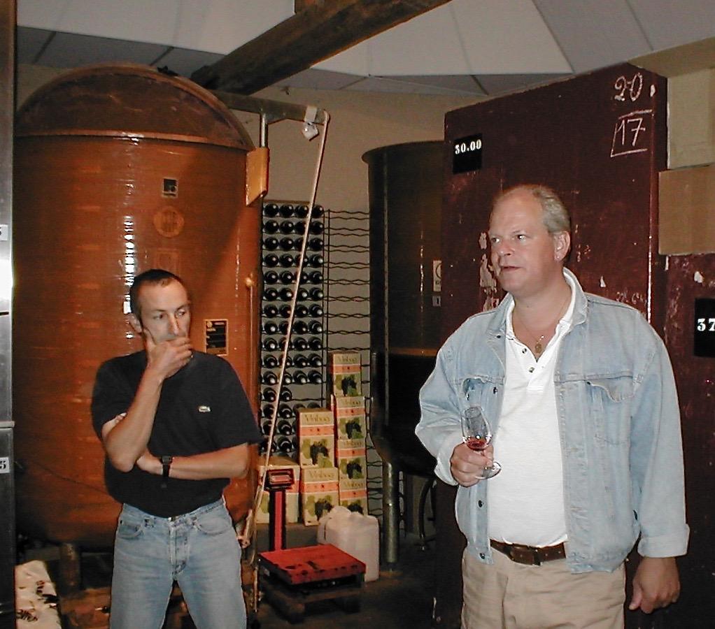 Arend Jan de Wijnman samen Laurent Parize in de wijnmakerij op het domein
