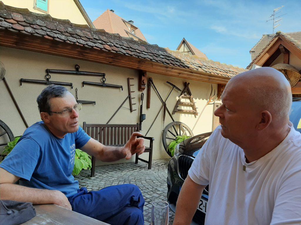 Armand Baur en Arend Jan de Wijnman samen in gesprek voor het huis van de Baurs