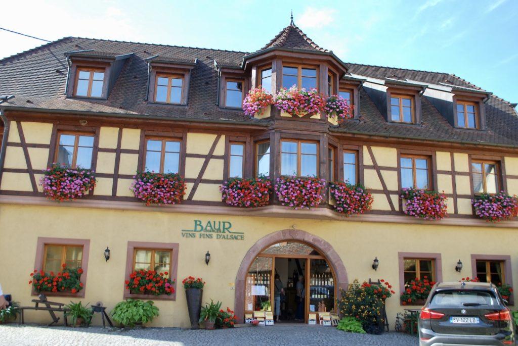 Het vakwerkhuis van de familie Baur in Eguisheim waar ook de wijnmakerij is gevestigd
