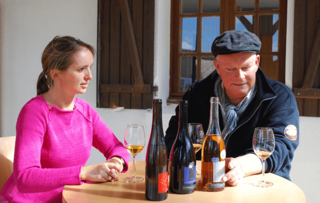 Inés Ragault en Arend Jan de Wijnman proeven de wijnen van domaine des Bleuces
