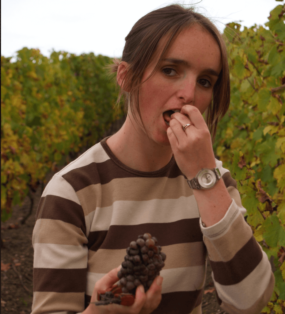 Inés Ragault snoept van de druiven in de wijngaard