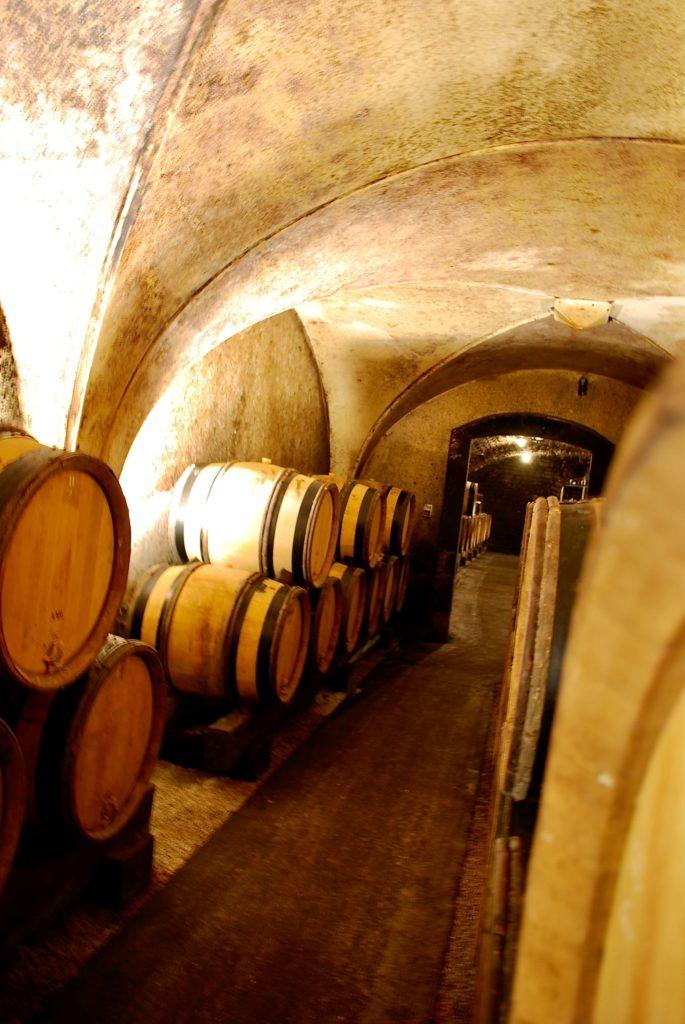 Wijnvaten in de kelder van Jean Michel Gaunoux in Meursault