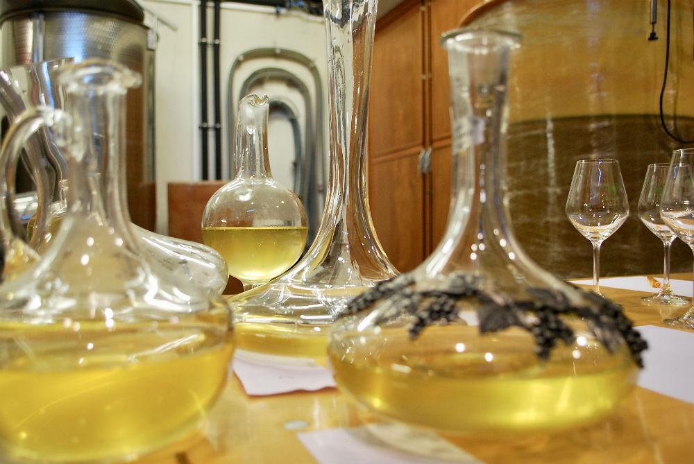 wijnmonsters in karaffen uit de diverse cuves Pouilly Fumé