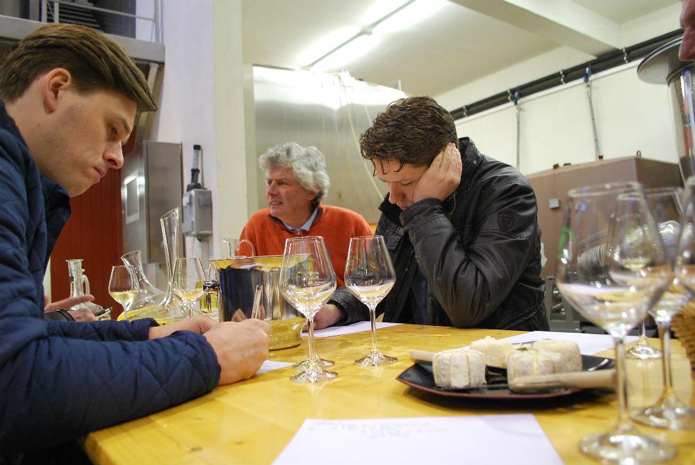 Restaurateurs proeven uit diverse cuves van Pouilly Fumé om hun eigen cuvée Gastronomique samen te stellen