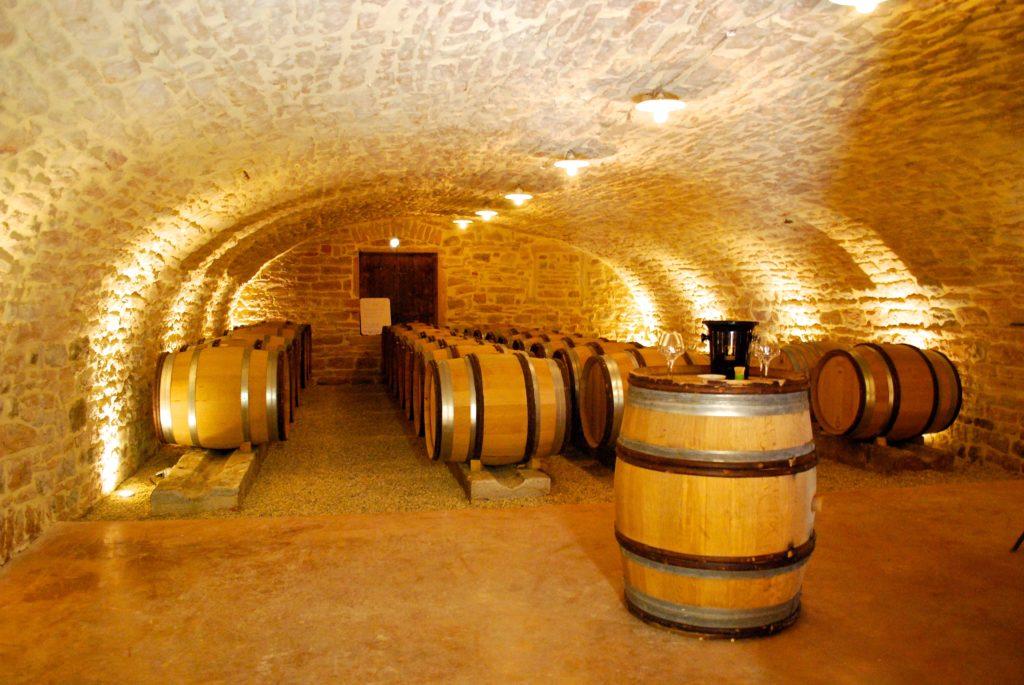 wijnvaten in de kelder van Château Vergisson