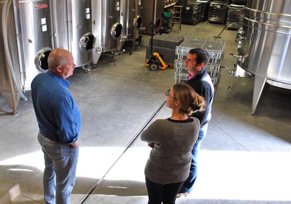 Arend Jan de Wijnman in de wijnmakerij van Château Vergisson in gesprek met Pierre en Stephanie Desroches