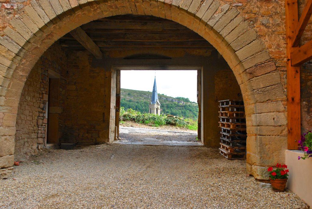 Uitzicht op de kerktoren van Vergisson, gezien door de toegangspoort van Château Vergisson