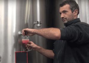 Vincent Leclair tapt rosé uit de cuve