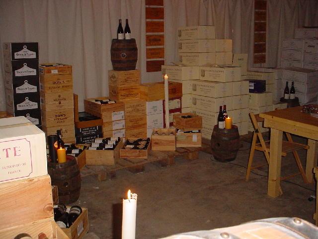 kisten met wijn in de proefkelder