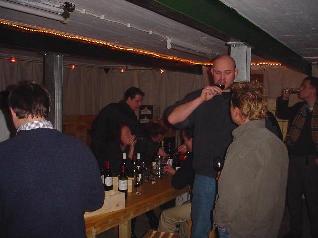 Mensen die wijn proeven in de kelder