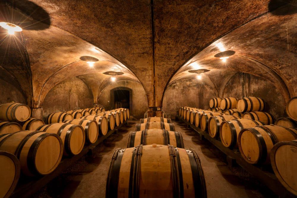 Wijnvaten in de kelders van Jean Michel Gaunoux