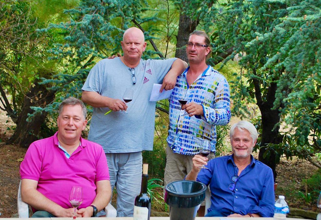 Arend Jan de Wijnman met Guilhem Tournier en twee deelnemers aan de Provence wijnreis in de tuin van de familie Tournier