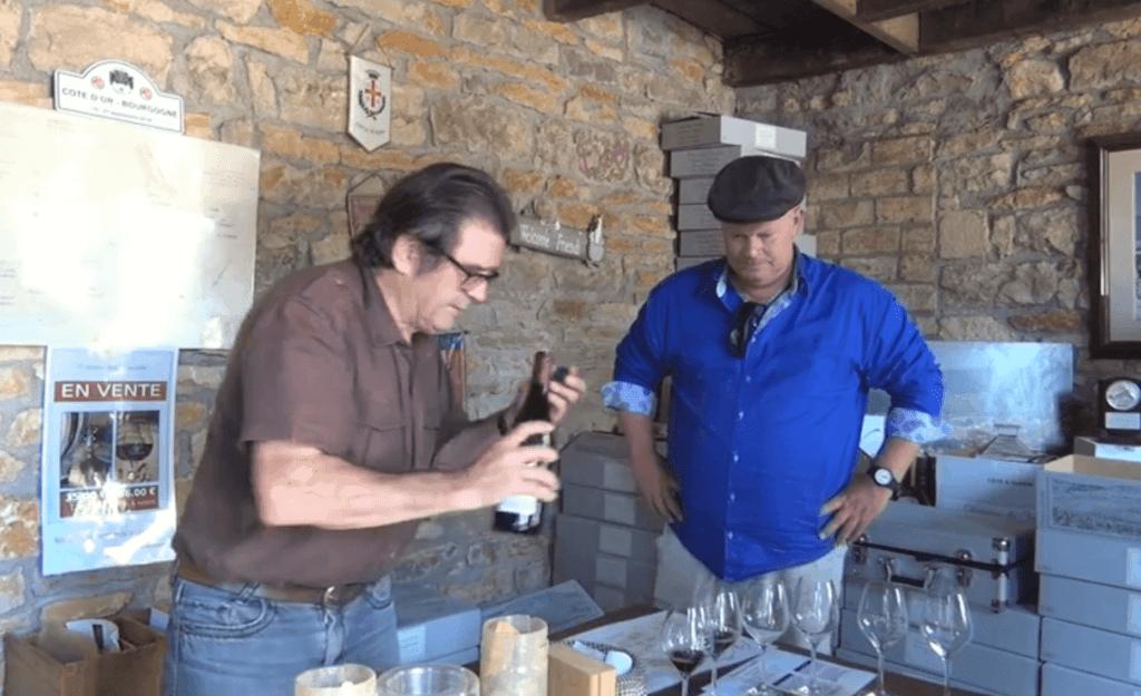 Arend Jan de Wijnman krijgt wijn te proeven in het proeflokaal bij domaine des Varoilles