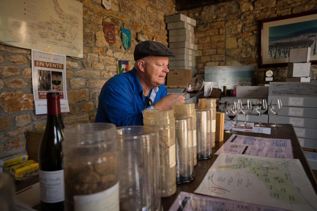 Arend Jan de Wijnman proeft wijn bij domaine des Varoilles