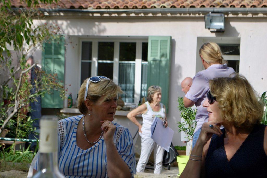 wijnreisgezelschap proeft de wijnen in de tuin bij Château Guilhem Tournierl