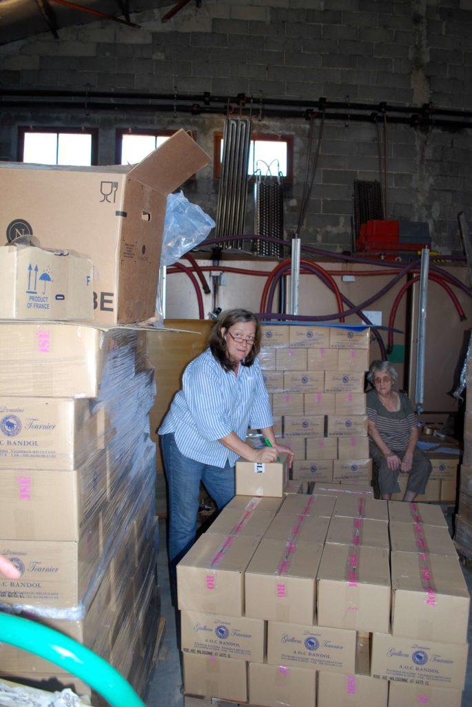 Geneviève Tournier maakt een wijnzending klaar in het pakhuis