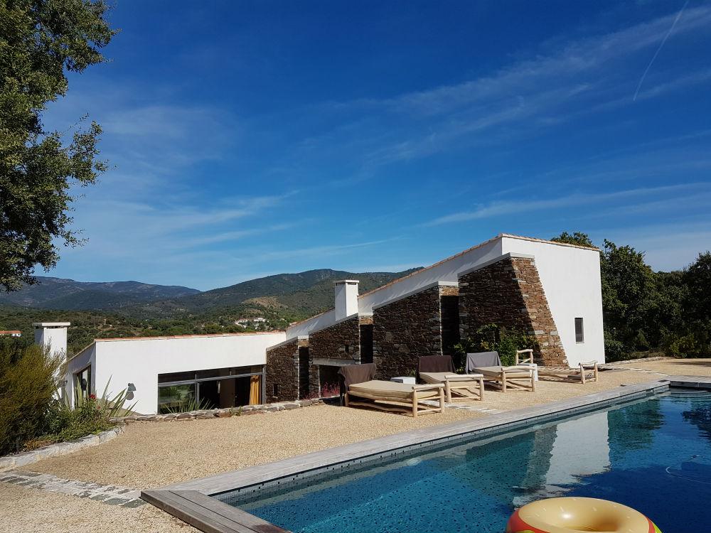 Het zwembad van villa Angueiroun