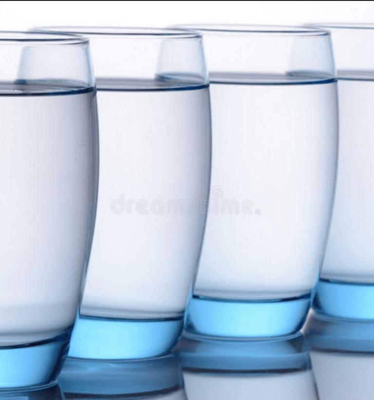 gevulde blauwe waterglazen