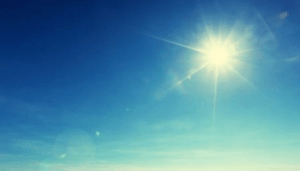 de zon aan een heldere hemel
