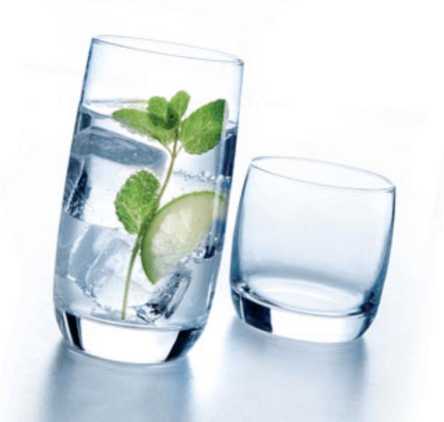 water met muntblaadjesglas