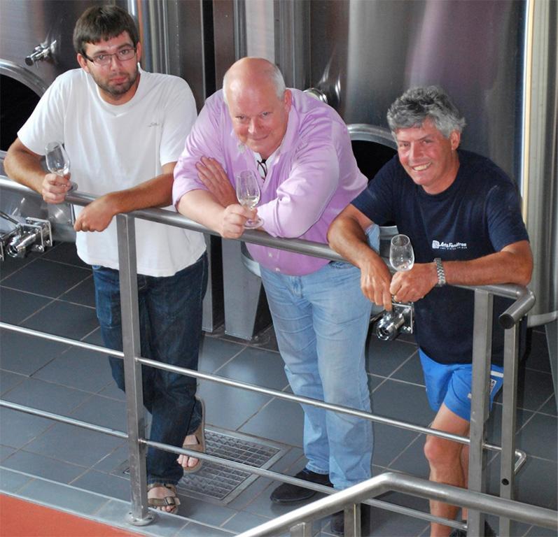 Loïc, Arend Jan de Wijnman en Alain in de wijnmakerij van domaine Cailbourdin