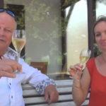 Arend Jan de Wijnman heft het glas samen Inez Racault van domaine des Bleuces