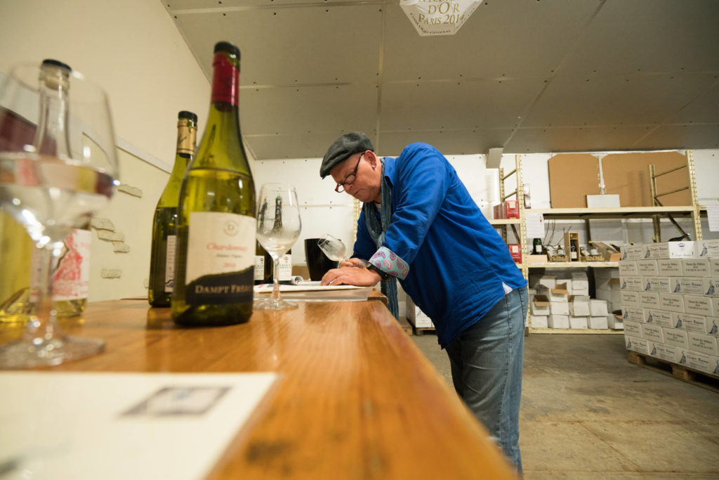 Arend Jan de Wijnman proeft de wijnen van de geboeders Dampt