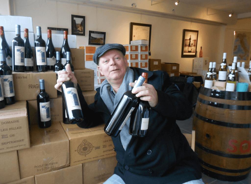 Arend Jan de Wijnman showt de nieuwe oogst flessen