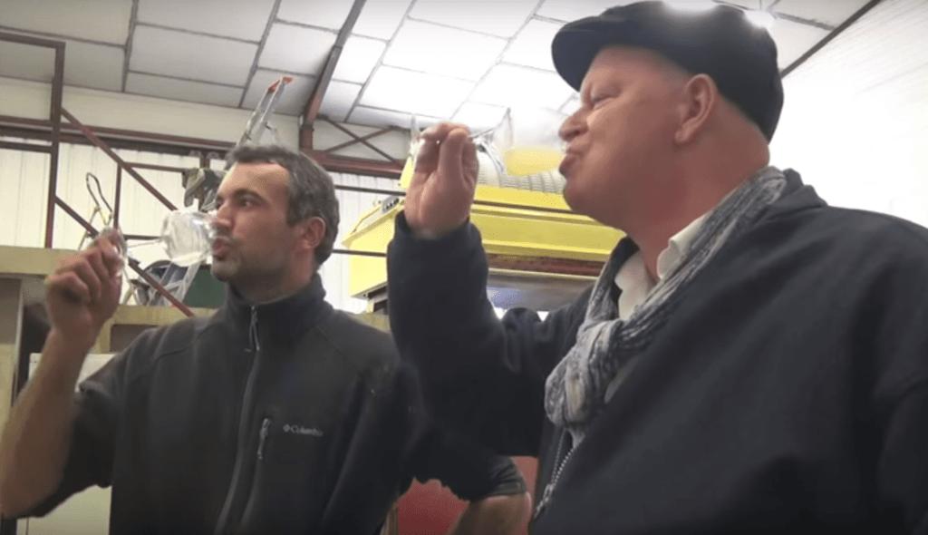 Arend Jan de Wijnman en Vincent Leclair proeven wijn uit de cuve