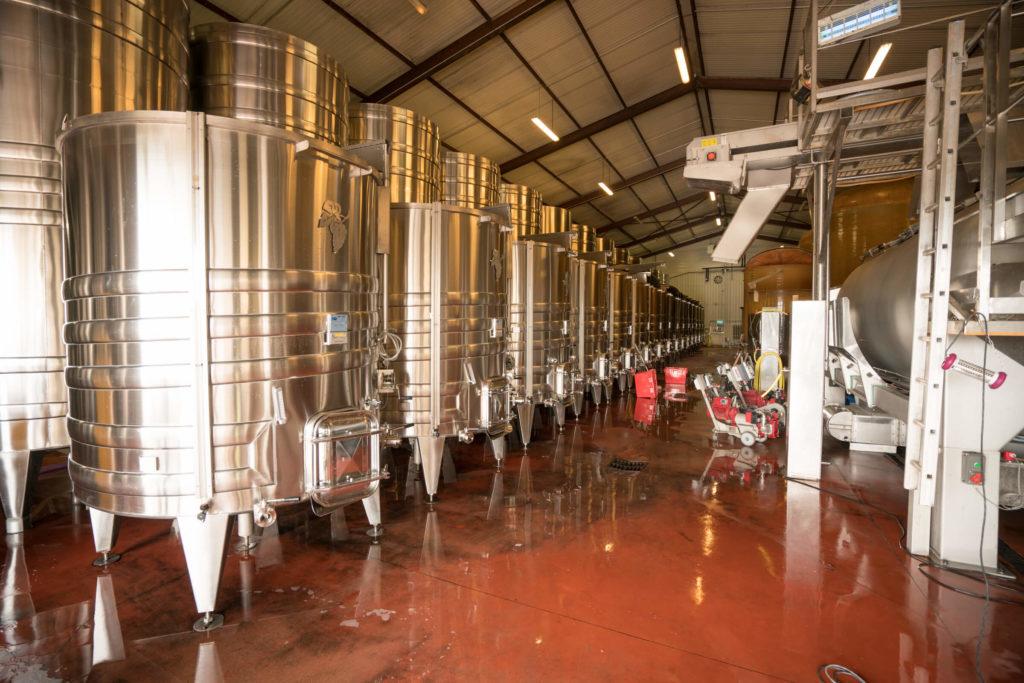 Stainless steel cuves in de wijnmakerij van de gebroeders Dampt