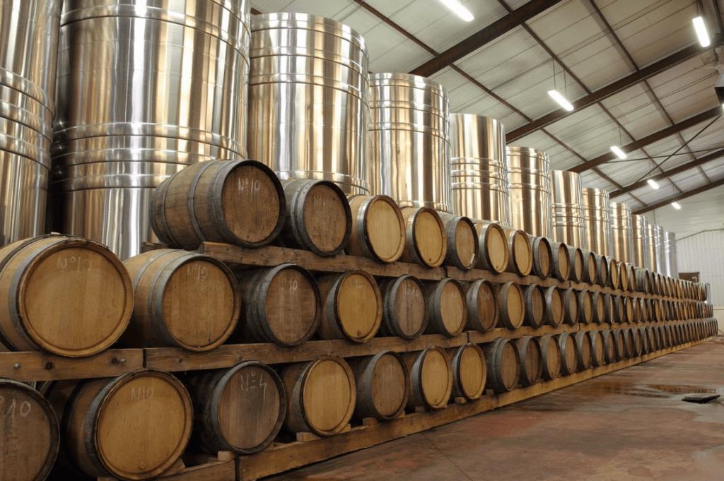 Stainless steel cuves en eikenhouten vaten in de wijnmakerij van de gebroeders Dampt