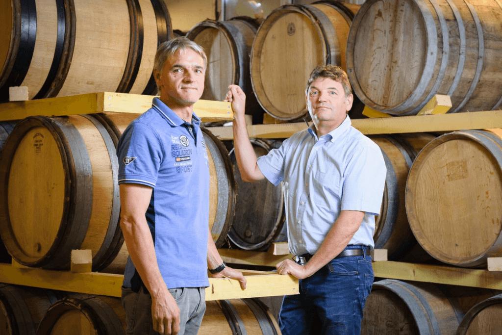 Emmanuel en Eric Dampt bij eikenhouten wijnvaten in hun wijnmakerij