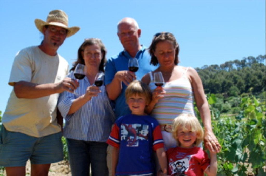 de families Tournier en van den Broek poseren in de wijngaard