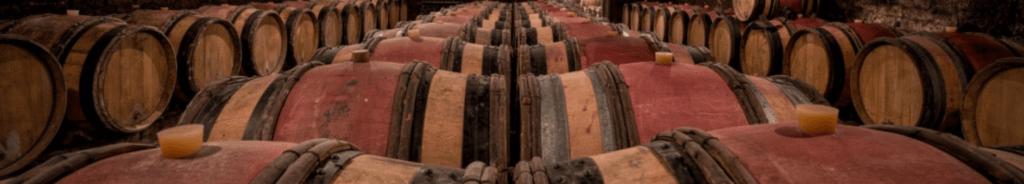 eiken wijnvaten in een wijnkelder