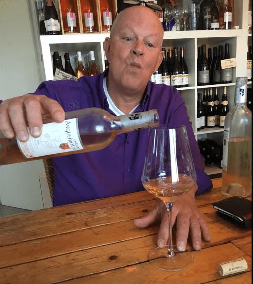 Arend Jan de Wijnman proeft rosé aan de proeftafel in Eemnes