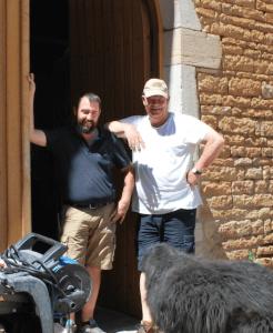 Pierre en Arend Jan in de deuropening van de wijnkelder van Château de Vergisson.