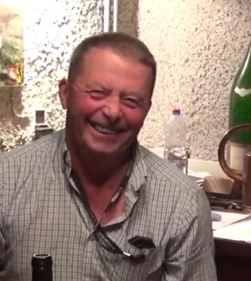 een goedlachse Bernard Santé in zijn wijnkelder.
